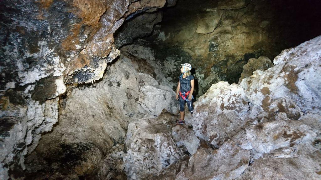 Image femme dans une grotte volcanique ile de La Réunion