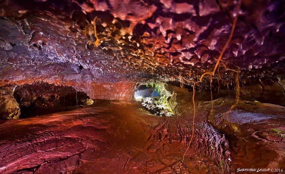 Photo d'une grotte volcanique appelé Salle Rouge de par sa couleur à dominance rouge