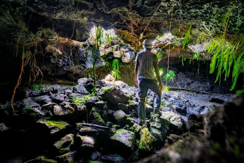 Tunnel de lave puits de lumière spéléologie à La Réunion