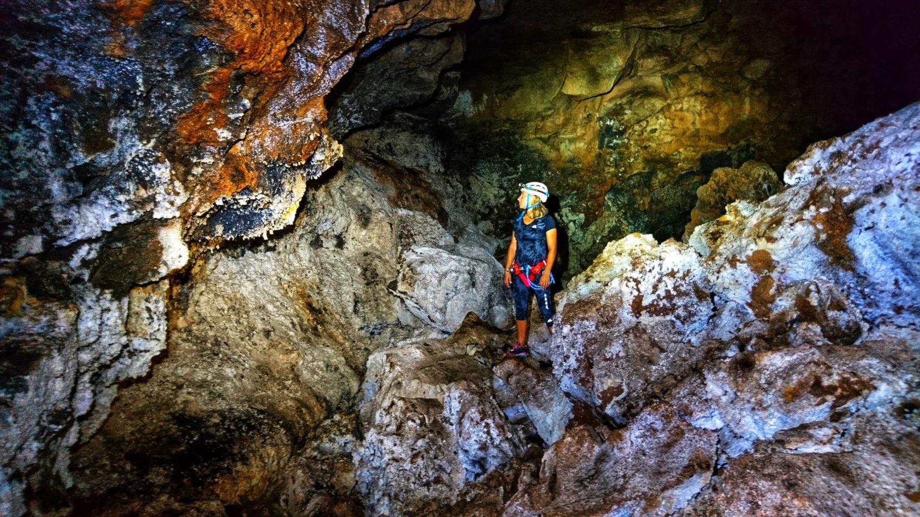 Speleologie-tunnel-du-Bassin-bleu-à-Saint-Gilles-scaled